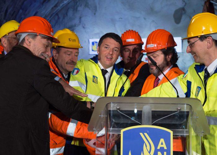 20160310-ministro-IT-alla-galleria-Mormanno-(Sa-Rc)-con-Renzi-per-abbattimento-diaframma-galleria—TibBarchielli