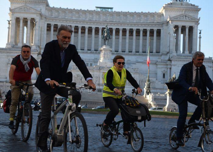 20170922-ministro-IT-in-bici-al-lavoro-con-Fiab-e-associazioni